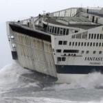 """Mareggiata a Genova e nave """"Fantastica"""" in diffico"""